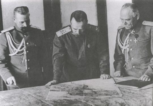 'Полковник Романов' вникает в обстановку. Слева - М.С. Пустовойтенко, справа - М.В. Алексеев