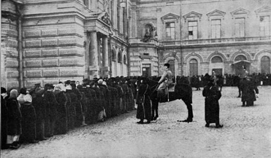 Полиция охраняет хлебную очередь. Начало 1917 года. Перебои с поставками продовольствия в города стали прямым результатом веры Николая II и Генерального штаба в неисчерпаемость людских ресурсов страны