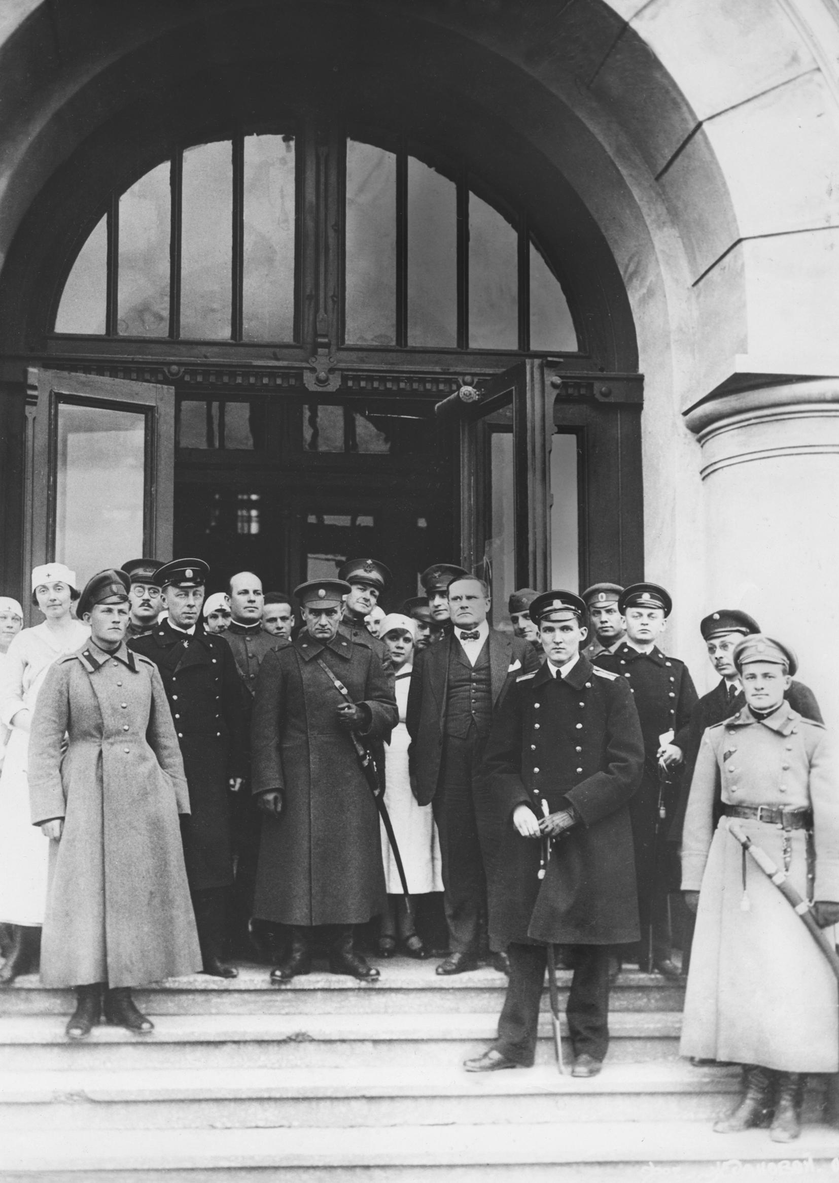 А. В. Колчак у входа в здание Омского сельскохозяйственного института (занятое под госпиталь Американского Красного Креста) в окружении персонала, офицеров и представителей американской военной миссии. Омск, весна 1919 г.