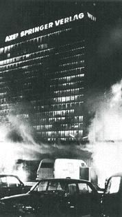 Горит здание концерна Шпрингера, подожженный бомбой Хорста Малера