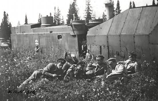 Команда бронепоезда «Сибиряк» на отдыхе.